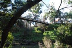 Vecchia passerella che attraversa un fiume Fotografia Stock Libera da Diritti