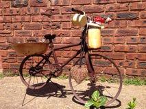 Vecchia patina rustica della bicicletta coperta di probabilità e di estremità fotografia stock libera da diritti