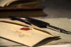 Vecchia penna stessa di spoletta e della lettera immagine stock