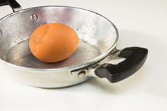 Vecchia pentola di alluminio veduta da sopra con un uovo nel mezzo Immagini Stock Libere da Diritti