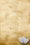 Vecchia pergamena con due cuori immagine stock libera da diritti