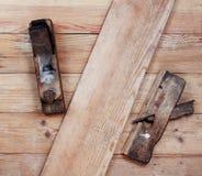 Vecchia piallatrice due sui bordi di legno Vista superiore Fotografie Stock Libere da Diritti
