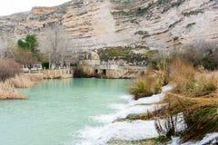 Vecchia pianta idroelettrica sulla sponda del fiume II fotografia stock libera da diritti