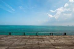 Vecchia piattaforma di legno con il mare aperto fotografie stock