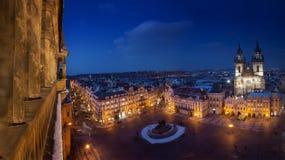 Vecchia piazza di Praga con la cattedrale di Tyn durante la notte con la vecchia torre della città da un lato Fotografia Stock Libera da Diritti