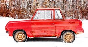 Vecchia piccola automobile rossa d'annata immagini stock libere da diritti
