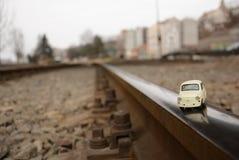 Vecchia piccola automobile sulle strade ferrate Fotografia Stock Libera da Diritti