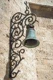 Vecchia piccola campana sulla parete di pietra Fotografia Stock Libera da Diritti