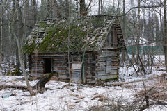 Vecchia piccola casa di campagna abbandonata e rovinoso in Russia Immagine Stock