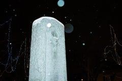 Vecchia pietra commemorativa sulla notte di Snowy immagine stock