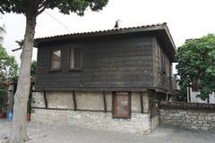 Vecchia pietra e casa di legno con il tetto piastrellato fotografia stock