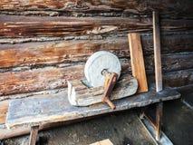 Vecchia pietra per affilare che era ancora manuale con la manovella fotografie stock libere da diritti