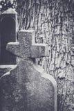 Vecchia pietra tombale con l'incrocio Immagini Stock