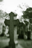 Vecchia pietra tombale trasversale confusa Fotografie Stock