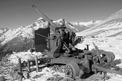 Vecchia pistola della anti-valanga Cresta caucasica centrale Karachay-Cherkessia, Russia Immagini Stock Libere da Diritti