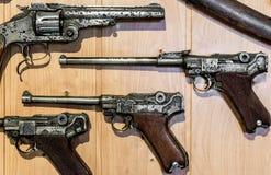 Vecchia pistola - parabellun e revolver Fotografie Stock