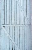 Vecchia, pittura colorata, porta di legno incrinata con le stecche diagonali Immagini Stock