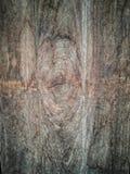 Vecchia plancia di legno di Brown con il bulbo oculare della crepa fotografie stock libere da diritti