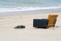 Vecchia poltrona su una spiaggia immagine stock