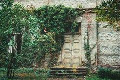 Vecchia porta alla casa fotografie stock libere da diritti