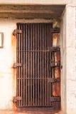 Vecchia porta arrugginita del ferro Immagine Stock