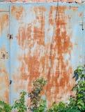 Vecchia porta arrugginita del garage del metallo immagini stock