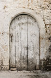 Vecchia porta bianca del legname nella parete scalfita fotografia stock libera da diritti