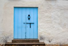 Vecchia porta blu-chiaro in una via fotografie stock