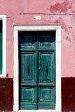 Vecchia porta in Burano fotografia stock