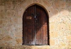 Vecchia porta chiusa nel castello Immagini Stock Libere da Diritti