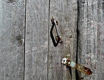 Vecchia porta con la maniglia arrugginita Fotografia Stock