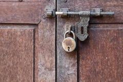 Vecchia porta con la serratura arrugginita Fotografie Stock