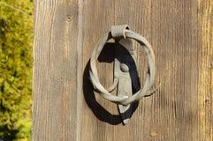Vecchia porta con una maniglia forgiata immagine stock libera da diritti