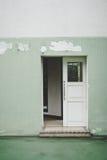 Vecchia porta con verde della parete immagine stock