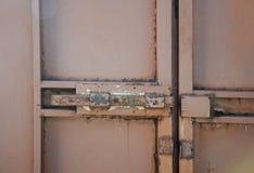 Vecchia porta del garage del ferro chiusa sul bullone Fotografie Stock Libere da Diritti