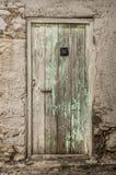 Vecchia porta del legname nella parete scalfita Immagini Stock Libere da Diritti
