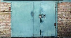 Vecchia porta del magazzino del metallo Immagini Stock