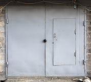 Vecchia porta del magazzino del metallo Fotografie Stock Libere da Diritti