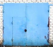 Vecchia porta del magazzino del metallo Immagini Stock Libere da Diritti