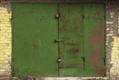Vecchia porta del magazzino del metallo Immagine Stock