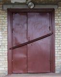 Vecchia porta del magazzino del metallo, capannone Immagini Stock