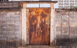 Vecchia porta del metallo con arrugginito Fotografia Stock