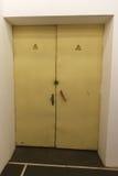 Vecchia porta del metallo con il segno ad alta tensione Immagini Stock Libere da Diritti