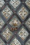Vecchia porta del metallo della cattedrale dettagliatamente Fotografie Stock Libere da Diritti