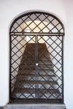 Vecchia porta del metallo dentro con le scale stridente Immagini Stock