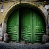 Vecchia porta del portone dell'arco Fotografia Stock