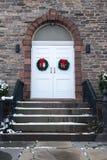 Vecchia porta della chiesa con le corone di Natale Fotografie Stock