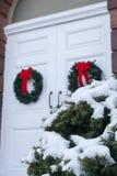 Vecchia porta della chiesa con le corone di Natale Immagini Stock Libere da Diritti