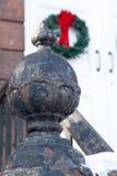 Vecchia porta della chiesa con le corone di Natale Immagini Stock