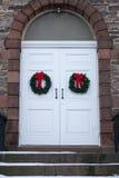 Vecchia porta della chiesa con le corone di Natale Immagine Stock Libera da Diritti